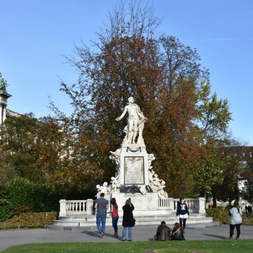 昼食のホットドックを食べた公園のモーツアルト像 | ウィーン