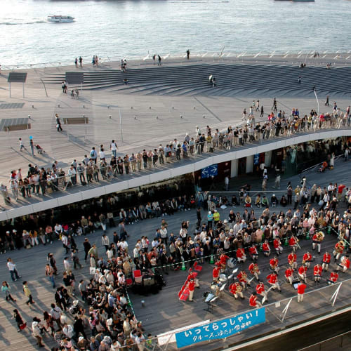 外国船による初の日本発着クルーズの出航を見送る大勢の人達 | 横浜での客船レジェンド・オブ・ザ・シーズ