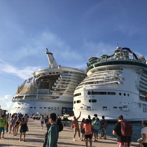 メキシコ コスメルの港にて。 お隣にLiberty of the Seasが接岸してました。 | コスメルでの客船アリュール・オブ・ザ・シーズ