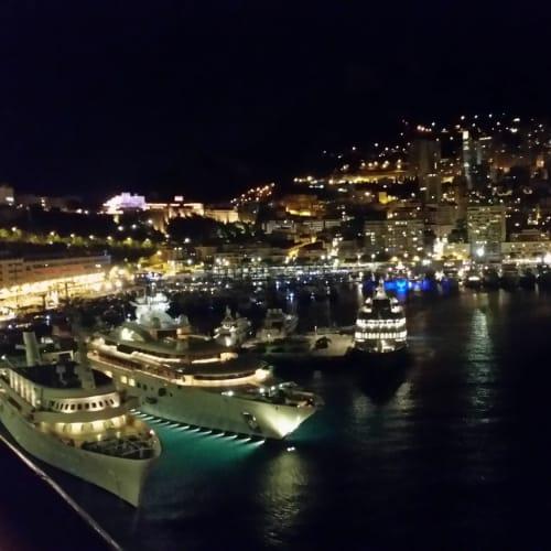 モナコ、出港時の夜景。クルーザーにも大小いろいろある。 | モンテカルロ