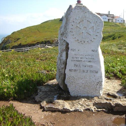 ロカ岬Cabo da Roca ユーラシア大陸最西端の岬で西には大西洋が広がり、その遥か先にはポルトガル領のアゾレス諸島が点在する。 ポルトガルの詩人ルイス・デ・カモンイスの叙事詩「ウズ・ルジアダス」第3詩20節の一節「ここに地終わり海始まる(Onde a terra acaba e o mar comeca)」を刻んだ石碑が立っている。希望すれば有料でユーラシア大陸最西端到達証明書を作成してくれる。   リスボン