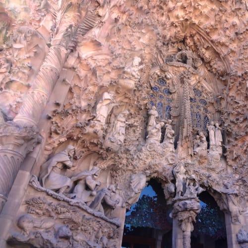 サグラダ・ファミリアの東の入り口にはイエスの誕生にまつわるエピソードが盛り込まれた「生誕のファザード」が刻まれている。 | バルセロナ