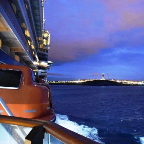 ラ・コルーニャ港に入港。灯台はヘラクレスの塔と呼ばれローマ時代の塔が基とのこと。 | ア・コルーニャ
