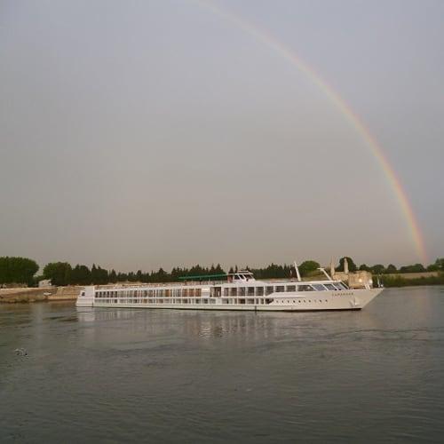 アルルの最後の朝、外を見ると虹がかかっていました。 これでクルーズは終わり。 | アルルでの客船エメラルド・リベルテ