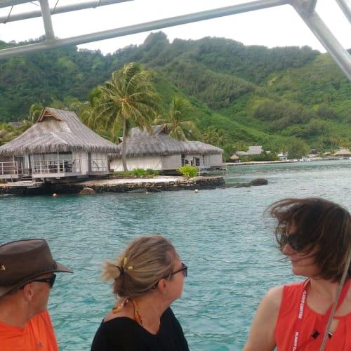 翌日のムーレア。 テンダーで着いた港から、地元のツアーのボートに乗り換え、ビーチに向かう。 タヒチの高級リゾートホテルの前を通り過ぎる。一泊700USDだそう。 | モーレア島(フランス領ポリネシア)