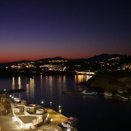 ミコノス島の港には20:00にドック 既に夜の帳 ここからシャトルボートでリトル・ヴェニスの港まで行く | ミコノス島