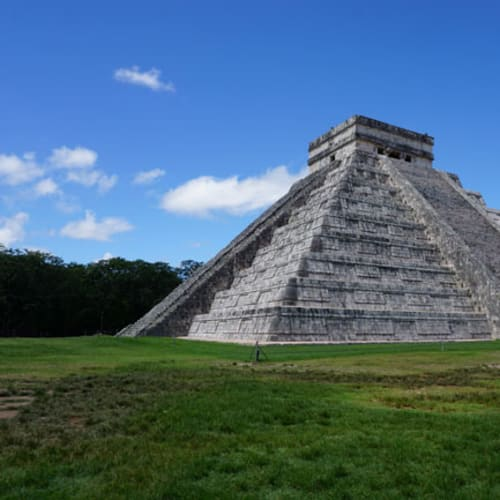 古代マヤ遺跡で有名なチチェン・イッツアの「エル・カスティージョ」です。 階段は4面に其々91段あり、合計すると364段。 その364段に最上段の神殿をプラスして365段となり、マヤ歴の1年を表しているそうです。  ちなみに、周囲には立ち入り禁止のロープが張ってあり、残念ながら階段を上ることは出来ません。 | コスメル