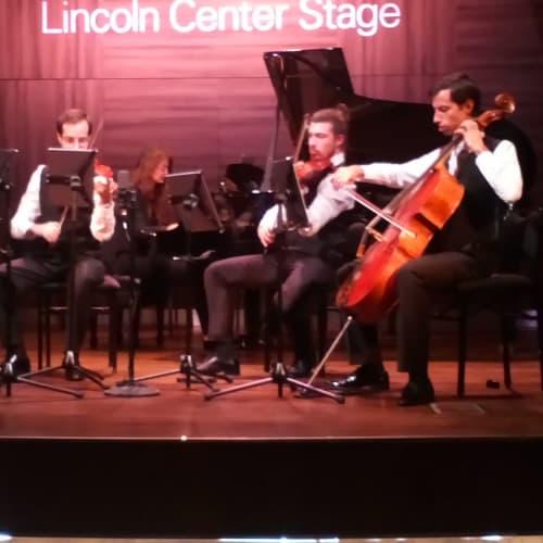 小ステージではクラシックの弦楽四重奏やロックバンド、ポップ、ピアノの演奏が行われます。 | 客船コーニングスダムのアクティビティ、船内施設
