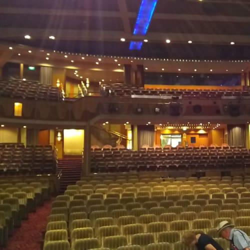 バックステージツアーの際に、舞台の上から客席を見た写真です。 | 客船エクスプローラー・オブ・ザ・シーズのアクティビティ、船内施設