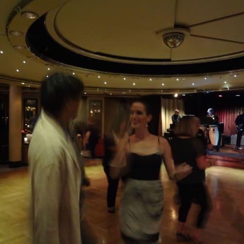 親切なプロダンサーと踊る | 客船クリスタル・シンフォニーの乗客、クルー、アクティビティ