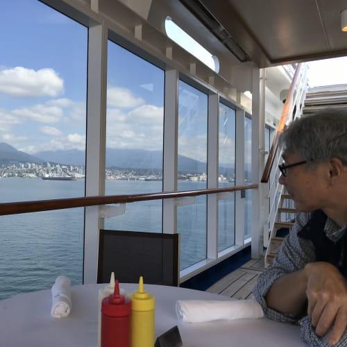 出港前、バンクーバー港をプールサイドのテーブルから眺めます   バンクーバー(ブリティッシュコロンビア州)での客船セブンシーズ・マリナー