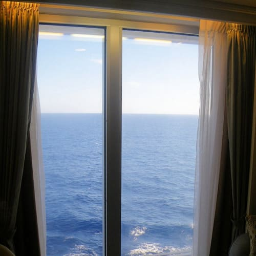 船で出会ったオーシャニア通は、天井から床までの窓のすぐ向こうに海が見える、オーシャンビューのお部屋をわざわざ取ったそうだ。拝見させていただいたけど、確かに、部屋から手で触れられるように見える海面にうねる波は、なかなか迫力があった。 他のクルーズ船だと、ベッドによじ登らないと景色が見えないような小さな窓が多いので、この船のオーシャンビューの部屋は特別だ。しかもこのタイプの部屋は数が少なくて、埋まるのがとっても早いそうだ。 | 客船リビエラの客室