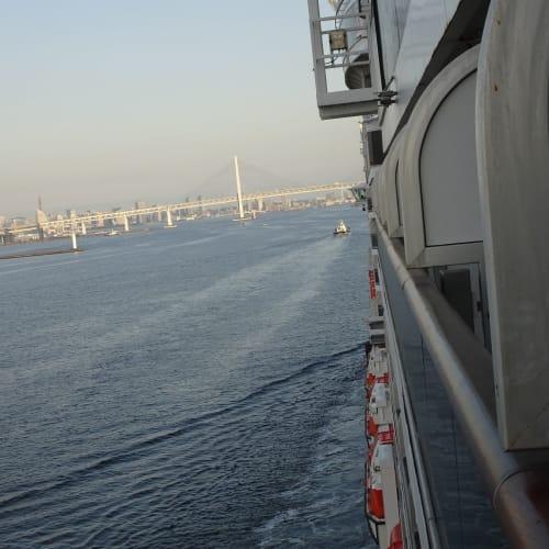 5/5の早朝 タグボートに先導されて、大国埠頭に向かっています。 | 横浜での客船クイーン・エリザベス