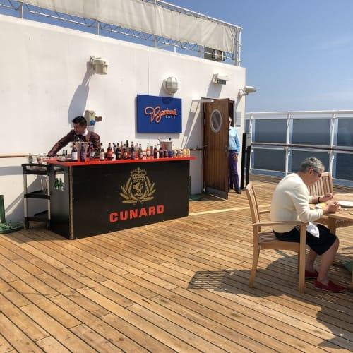 天気が良ければオープン・カフェも出ます | 客船クイーン・メリー2の乗客、フード&ドリンク、船内施設