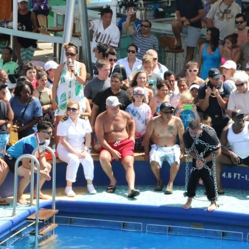 鎖のイリュージョニスト、プールから無事帰還   客船プライド・オブ・アメリカの乗客、クルー、アクティビティ