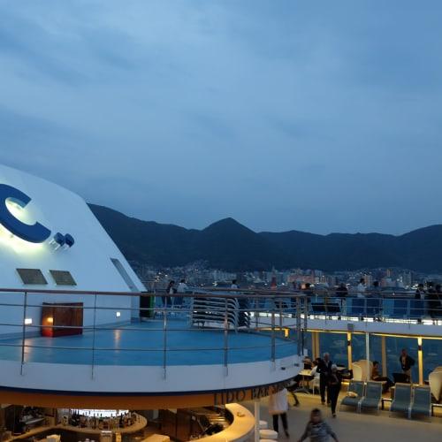 なかなかおしゃれに感じるCのロゴ! | 客船コスタ・ネオロマンチカの外観、船内施設