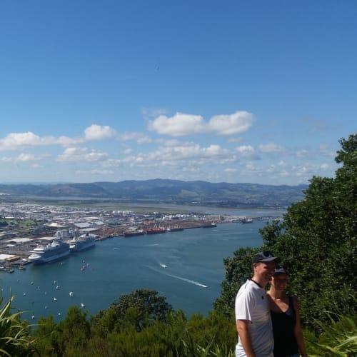 タウランガ、マンガヌイ山上から市内方面。 停泊中の二隻も見える。 | タウランガでの客船ノルウェージャン・ジュエル