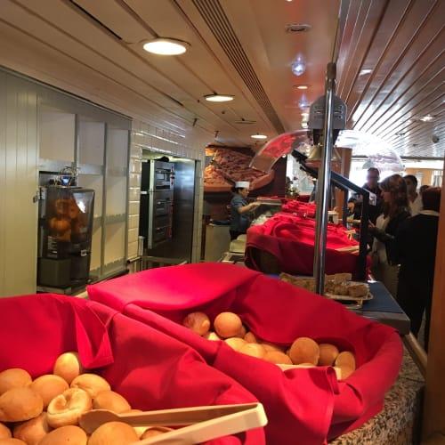 朝食のパンの種類は豊富。 | 客船プルマントゥール・ホライズンのブッフェ、フード&ドリンク
