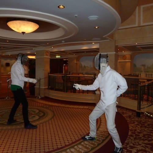 フェンシング体験 | 客船クイーン・ヴィクトリアのアクティビティ、船内施設