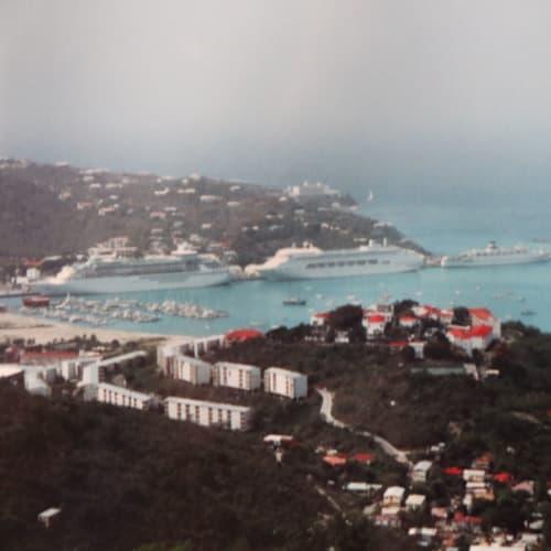 セントトーマス島で4隻が集結。 左からソブリン・オブ・ザ・シーズ、クラウン・プリンセス、カリブとノルウエー | シャーロット・アマリー(セント・トーマス島)での客船クラウン・プリンセス