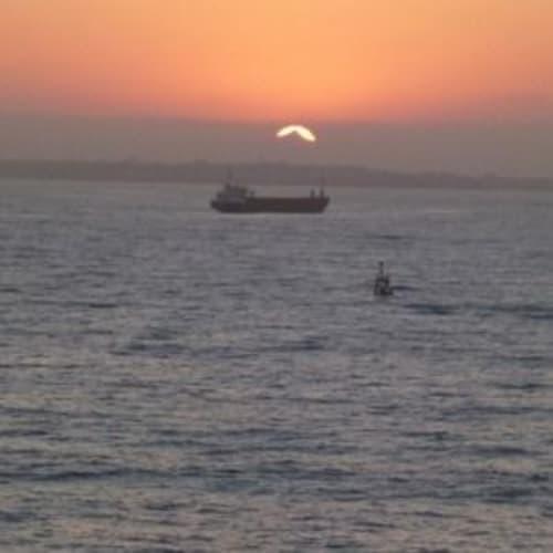 月を見てからしばらくして上がったのが太陽でした。 船に乗ると水平線に上がったり沈んだありする太陽が楽しみです。