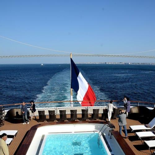六日目:明石海峡大橋を通過大阪港に向かう | 客船ロストラルの外観、船内施設