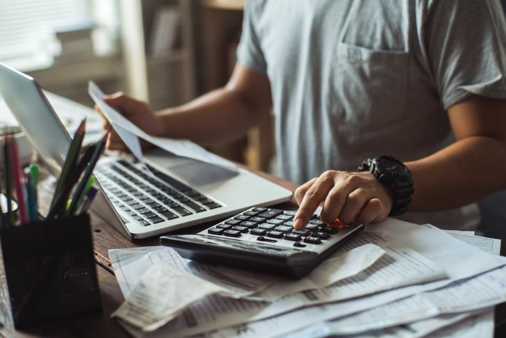 man-calculating-late-payments.jpg (728×486)