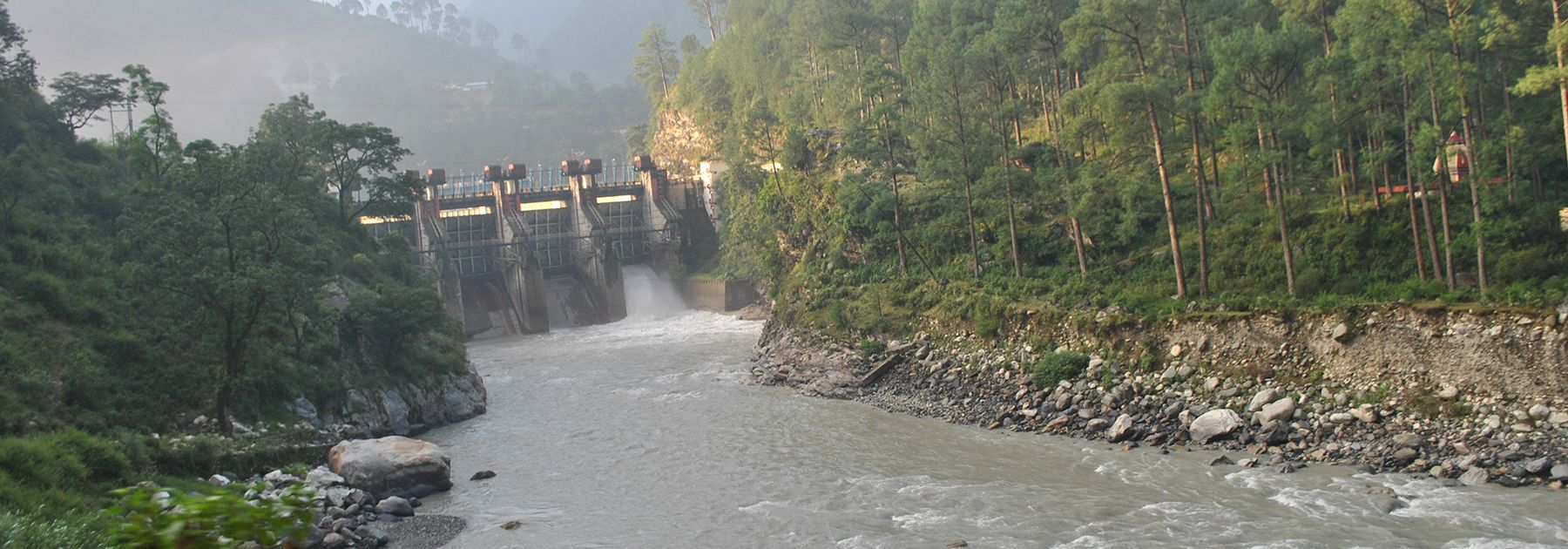 View of the Maneri Dam, a concrete gravity dam, on the Bhagirathi River. (Atudu, licensed under CC BY-SA 4.0)