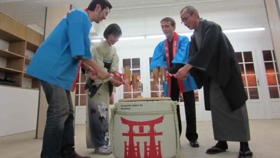 "Photos de Kagami Biraki, de gauche à droite :  - Yoshiaki Shiokawa, propriétaire de la Maison WA - Sakurako Nagira, représentante de la préfecture de Gumma - Sylvain Huet, organisateur du Salon du Saké 2015 - Yoshifumi Fujii, Président du producteur du saké ""Fujii Shuzo"""
