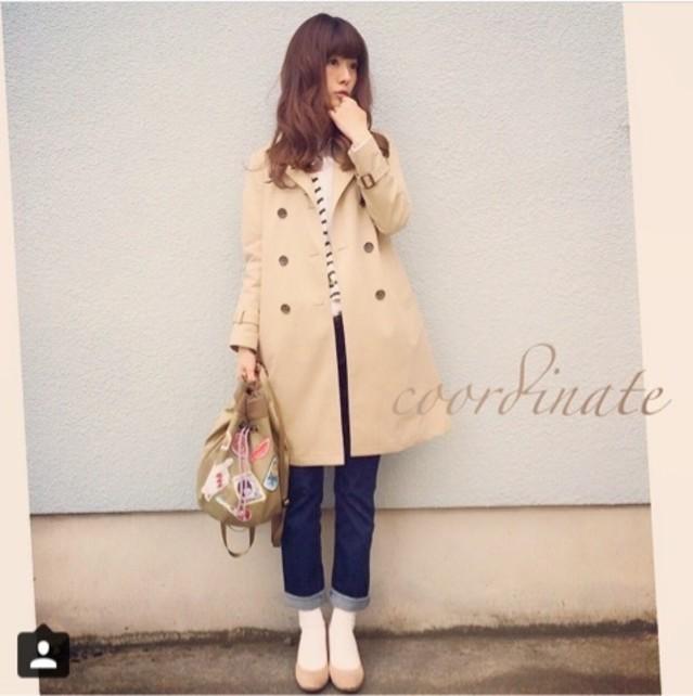 王道のデニムカジュアルトレンチコートコーデには、インパクトのあるバッグを合わせる!
