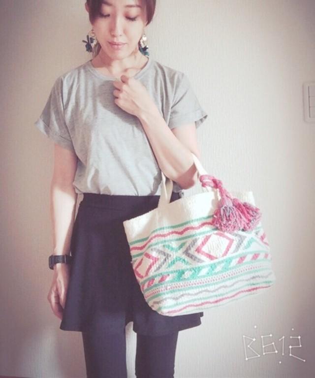 きれいなカラーの刺繍トートバッグをシンプルコーデのアクセントに♡