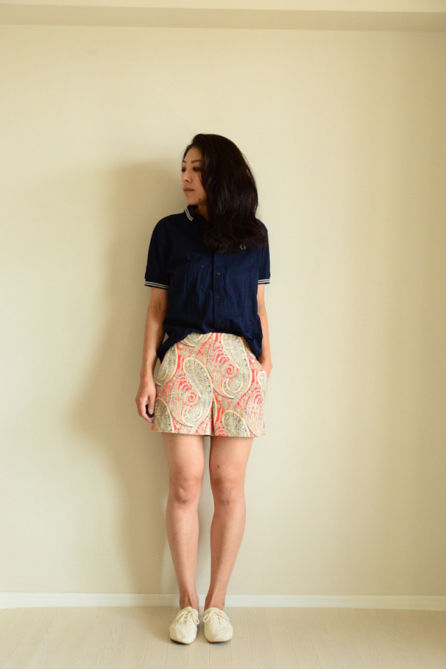 ショートパンツにお行儀の良いポロシャツ合わせで清涼感と上品さをキープ