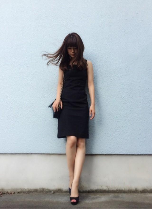 お仕事でも着まわしできる、ブラックワンピースで都会的な着こなしを