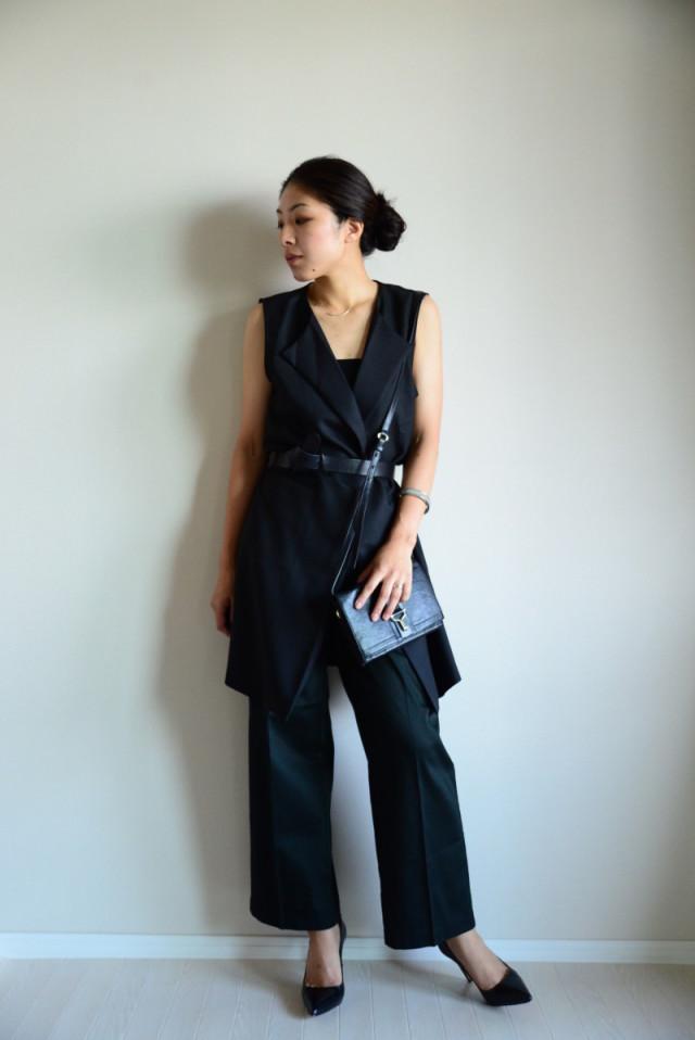 ブラックジレと同色パンツには、まとめ髪とピンヒールでクールな色っぽさを