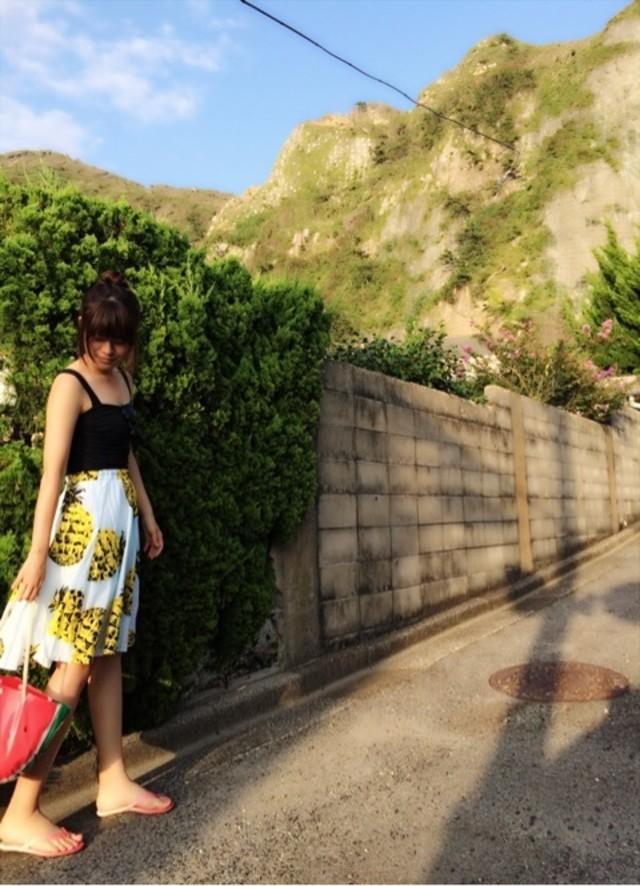 パイナップル柄スカート×ビスチェ×ビーサンで夏ならではのフレッシュコーデ