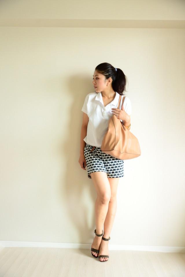 白ポロシャツで柄物アイテムも清楚に、清潔感たっぷりに着こなす