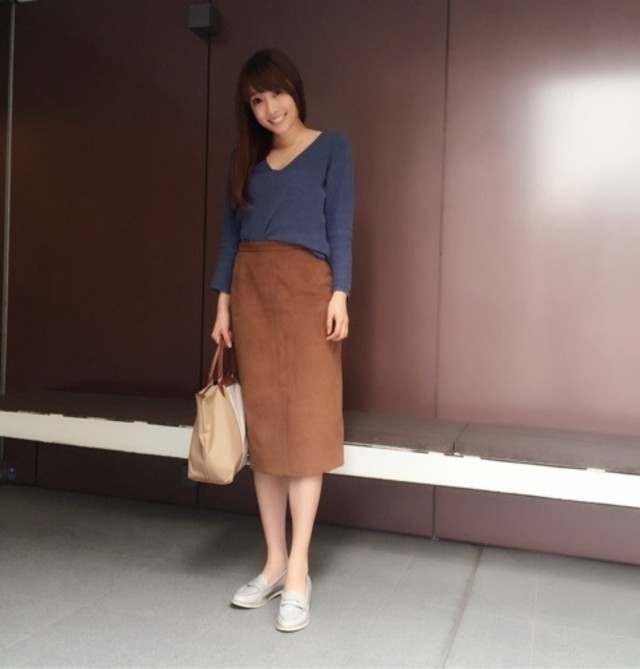 あえてカジュアルに着こなしたい、きれいめなブラウンのタイトスカート