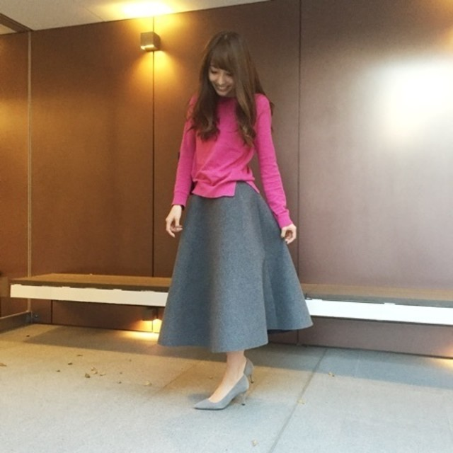 レディライクなグレーのスカートにカラートップスの華やぎコーデ♥