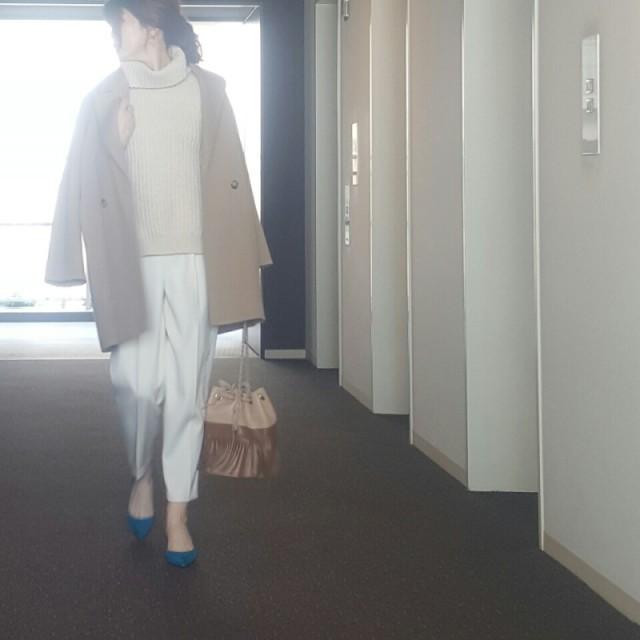 爽やかに女性らしく。キャメルのコートのインナーにホワイトコーデ