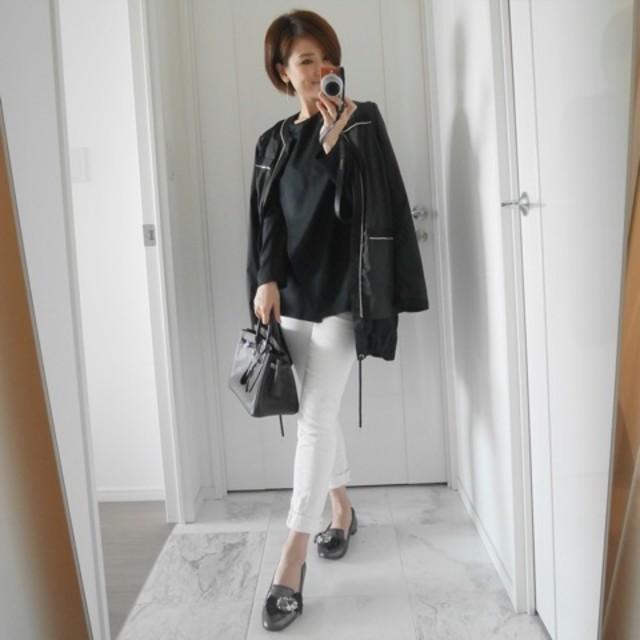すっきりしたホワイトパンツで女性らしい好印象コーデ