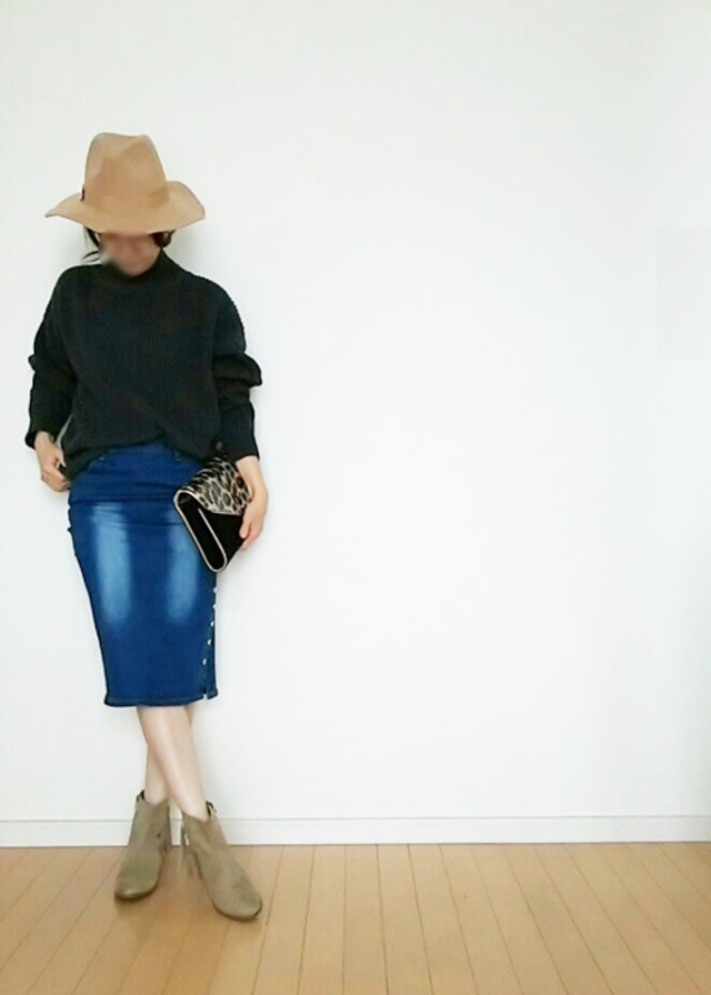 タイトスカートを「ショートブーツ」と着こなす