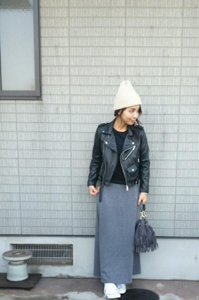 リラックス感のあるスエットスカートはハードめなアウターと合わせても◎