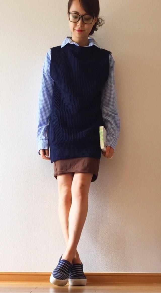 ニットベスト×シャツで作るスクール風の大人コーデ