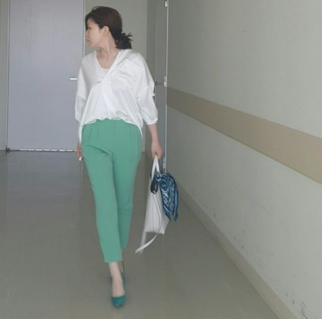 パキッとミントグリーンパンツでホワイトシャツをハイセンスに