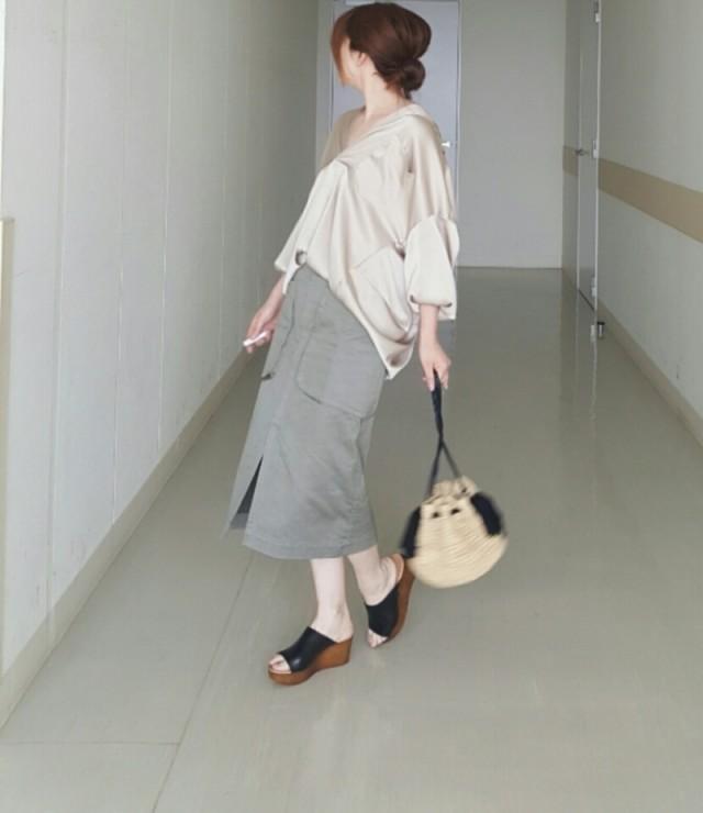ロングスカート×黒のサボサンダルで、シンプル大人コーデ♪