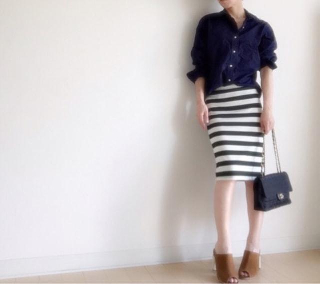 ブラックシャツ×スカートで作る大人フェミニンコーデ