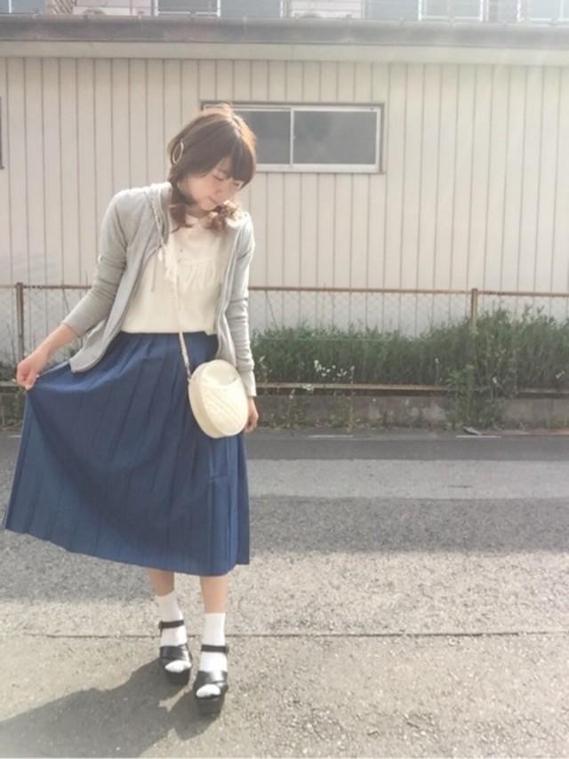 落ち感のあるプリーツスカートでしっとりと