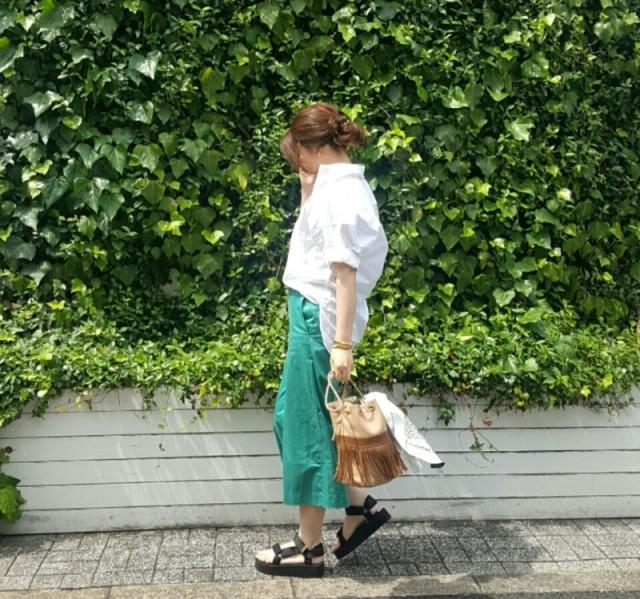 派手見えしないキレイ色・グリーンのパンツで人とかぶりにくいコーデ