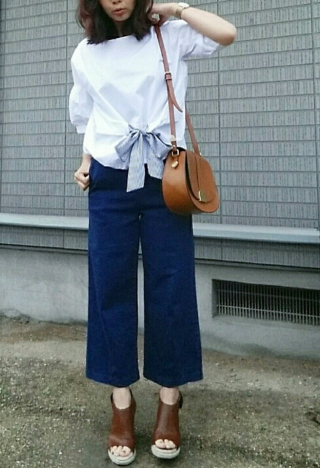 別布リボンがアクセント! 白×ブルーで爽やかな着こなしに♪