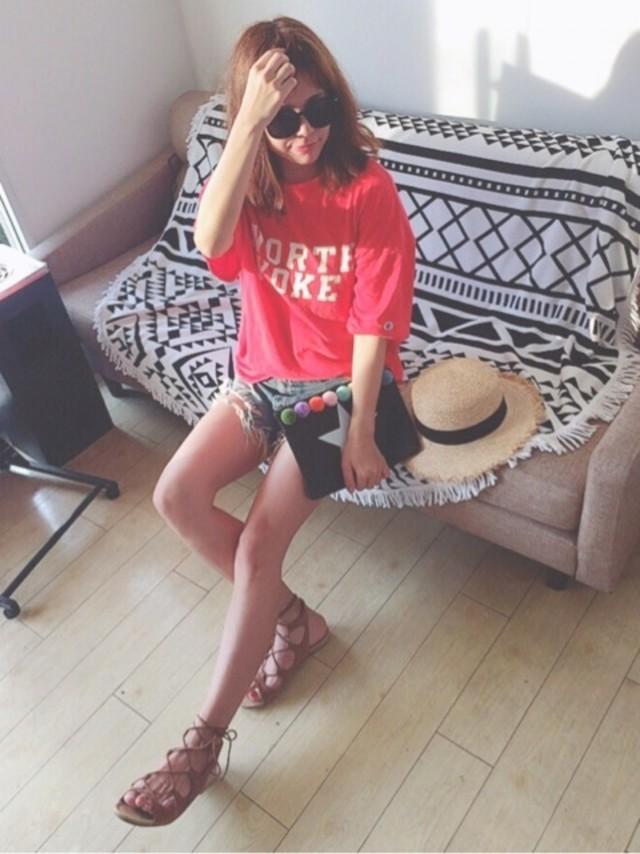 夏コーデのマンネリにも! 赤のTシャツでカジュアルをかわいく♥